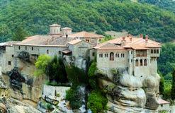 El monasterio de Varlaam en su pedestal de la roca Fotos de archivo libres de regalías