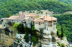 El monasterio de Varlaam en su pedestal de la roca Foto de archivo libre de regalías
