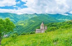 El monasterio detrás de la colina imagen de archivo