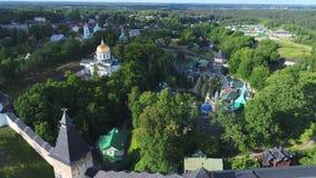 El monasterio santo de Dormition Pskovo-Pechersky, encuesta sobre aérea el día soleado de junio Pechory, Rusia metrajes