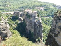 El monasterio se encaramó arriba para arriba en las rocas en Meteora, Grecia vista desde arriba Imagenes de archivo