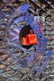 El monedero costoso flota en ventana de tienda Foto de archivo libre de regalías