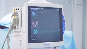 El monitor electrónico está mostrando lecturas de la condición paciente del ` s almacen de video
