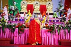 El monje adentro ruega Foto de archivo