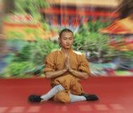 El monje de Shaolin Temple realiza wushu en el monasterio del Po Lin en Hong Kong, China Imágenes de archivo libres de regalías