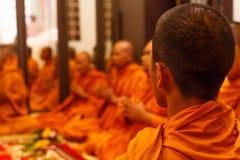 El monje de Tailandia ruega para la celebración Foto de archivo libre de regalías