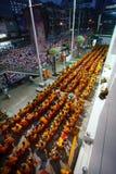 El monje del grupo que espera da ofrendas del alimento Imagen de archivo libre de regalías