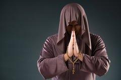 El monje en concepto religioso en fondo gris Imágenes de archivo libres de regalías