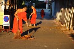 El monje era calle del barrido Imágenes de archivo libres de regalías
