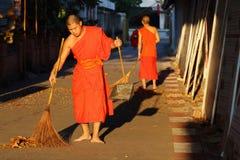El monje era calle del barrido Foto de archivo