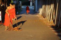 El monje era calle del barrido Imagenes de archivo