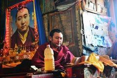 El monje está estudiando escrituras budistas Fotografía de archivo libre de regalías