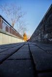 El monje que camina en el camino Foto de archivo libre de regalías