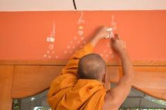 El monje que escribe símbolo místico Fotos de archivo