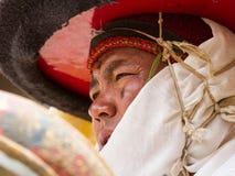 El monje realiza una danza religiosa del sombrero negro Fotografía de archivo libre de regalías