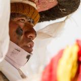 El monje realiza una danza religiosa del sombrero negro durante el Cham DA imágenes de archivo libres de regalías