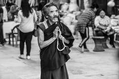 El monje ruega en Boudhanath Stupa en Katmandu, Nepal fotos de archivo