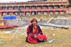 El monje sreciting escrituras budistas Imagen de archivo