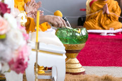 El monje tailandés cantaba el agua santa fotografía de archivo libre de regalías