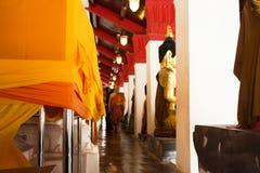El monje y la gente tailandesa que hacen la manta de la tela de la ceremonia cubren chedi Fotografía de archivo