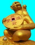 El mono del oro que sostiene la medalla de oro Fotografía de archivo