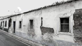 El monocromo abandonó casas viejas en Portugal foto de archivo