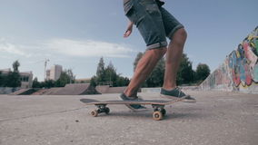El monopatín falla Skater que anda en monopatín y que cae abajo haciendo trucos en una calle Cámara lenta almacen de video
