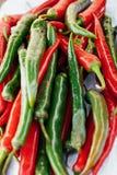 El mont?n de chiles calientes rojos y verdes sazona cercano con pimienta para arriba Contraste del color fotografía de archivo