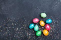El montón de los huevos de Pascua adornó confeti en la opinión de sobremesa negra Copie el espacio para el texto Fotografía de archivo