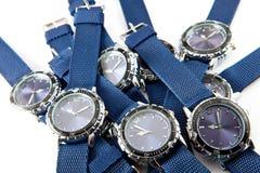 El reloj del hombre con el dial y el azul azules una correa miente en un fondo blanco Imagenes de archivo