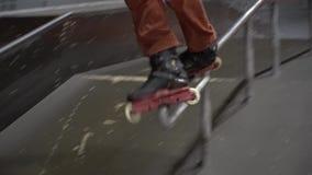 El montaje, como hombres en un parque del patín, realiza trucos en los rodillos Cámara lenta metrajes