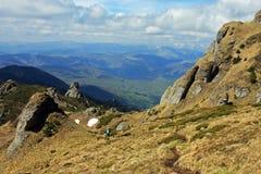 El montar abajo de la montaña Imágenes de archivo libres de regalías