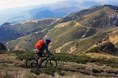 El montar abajo de la montaña Fotos de archivo