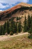 El montar abajo de la montaña roja Fotografía de archivo libre de regalías