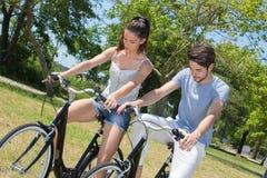 El montar a caballo adolescente de los pares del retrato al aire libre monta en bicicleta en naturaleza Fotos de archivo libres de regalías