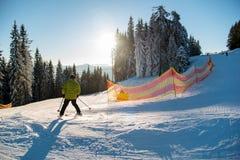 El montar a caballo del esquiador en nieve fresca va abajo de la estación de esquí Fotografía de archivo libre de regalías
