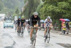 El montar a caballo en la lluvia - Tour de France 2014 del Peloton Fotos de archivo