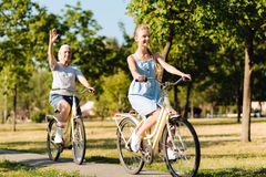 El montar a caballo positivo de la muchacha del adolescente monta en bicicleta con su abuela Fotos de archivo libres de regalías