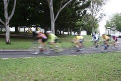 El montar de los ciclistas Imagenes de archivo