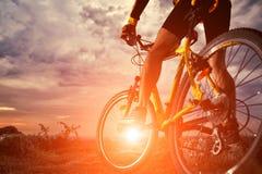 El montar del ciclista de la bici de montaña al aire libre foto de archivo