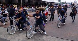El montar del mexicano bicis modificadas para requisitos particulares imagen de archivo