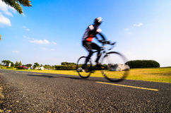 El montar en bicicleta fotografía de archivo