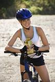 El montar en bicicleta de la mujer joven. Imagenes de archivo