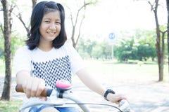 El montar en bicicleta de la mujer joven. Fotografía de archivo libre de regalías