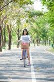 El montar en bicicleta de la mujer joven. Imágenes de archivo libres de regalías