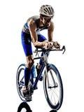El montar en bicicleta de los ciclistas del atleta del hombre del hierro del triathlon del hombre Imágenes de archivo libres de regalías
