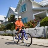 El montar en bicicleta del hombre. Fotos de archivo libres de regalías