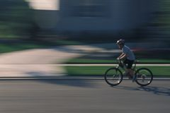El montar en bicicleta del niño Imagenes de archivo