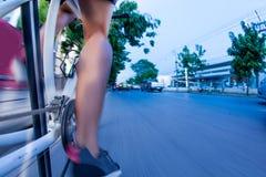 El montar en bicicleta en tráfico Foto de archivo