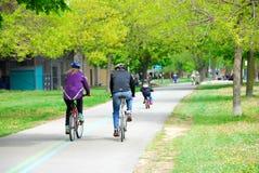 El montar en bicicleta en un parque Fotografía de archivo